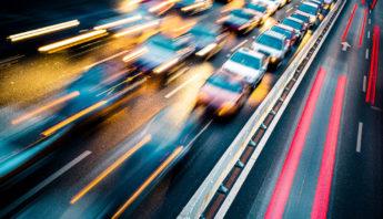 Autoscheinwerfer im Straßenverkehr